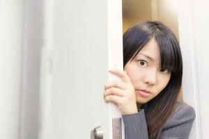 ドアから顔を出す女性