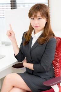 指導する女性